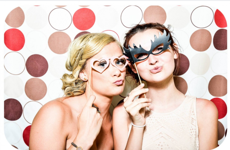 Photo Booth vs Magic Mirror – What Shall I Hire?